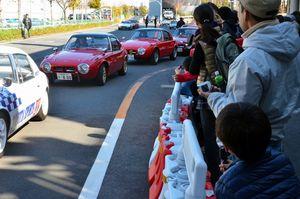 写真:「かっこいいー」。トヨタスポーツ800が並び、子どもも大人も大興奮=江東区