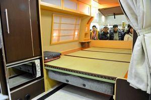 写真:車内を和室にしたキャンピングカーも出展され注目を集めた=8日、千葉市美浜区の幕張メッセ