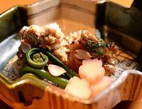 11)明石海峡の桜鯛:浪速割烹「喜川」の焼き物。「白子挟みの梅たれ木ノ芽焼」と「肝みそ真子焼」。あしらいが目も楽しませてくれる=大阪市中央区