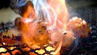26)鶴橋のホルモン:白かったホソは、もうもうと立ち上る煙と炎に包まれたとたん、プリッと脂をたたえたツヤツヤの姿に変わった=大阪市天王寺区