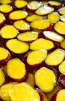 30)徳島・なると金時:「鳴門うず芋」の工場で、あめ色の蜜に漬かるなると金時。蜜から引き上げた芋に砂糖をまぶして乾燥させ、お菓子が完成する=徳島県つるぎ町、林敏行撮影