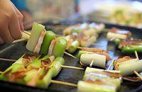 3)京都の九条ねぎ:小麦粉と混ぜて焼くネギ焼き、かき玉汁と共に、ホットプレートで串焼きを作った。香ばしい焼き目が付き、ジュージューと音が鳴るネギに、子どもたちは「うまそー」と目を輝かせた=京都市南区、