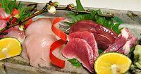 40)京都の七谷地鶏:七谷地鶏のお造り。鮮やかな色合いのももや胸、砂ずりやレバーが並ぶ=京都市中京区の馳走いなせや