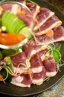 4)大阪の河内鴨:河内鴨のタタキ。軽く火を通すため、脂肪が焦げた香ばしさが肉の味を引き立てる=大阪市中央区、水野義則撮影