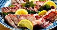 56)淡路沖のサワラ漁:山岡さんの手で手際よく刺し身にされたサワラ。新鮮だからこそ味わえる「生」の味=兵庫県洲本市五色町