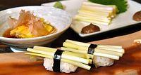 70)岡山の黄ニラ:独特な食感が楽しめる黄ニラの握りずし(手前)、おひたし(左奥)、刺し身(右奥)=岡山市北区