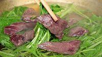 75)ハリハリ鍋:クジラの赤身を熱々のだしにさっとくぐらせる。肉に軽く火が通り、水菜の食感が楽しめる間が食べ頃だ=大阪市中央区