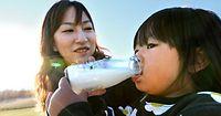 77)ジャージー牛乳:高脂肪でクリーム色がかったジャージー牛乳。地元では幼い頃から親しまれている=岡山県真庭市
