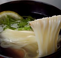 80)三輪そうめん:柚子(ゆず)と水菜が添えられた「にゅうめん」。葛が入っただしは冷めにくく、体の芯から温まる=奈良市の料亭「菊水楼」