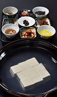 82)京都の豆腐:川端友里さんによる湯豆腐。和洋中の薬味を用意、彩りが演出された=京都市右京区