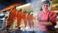 98)大阪のウナギ:森下育生さんの鮮やかな串さばきで焼かれるウナギ。厨房(ちゅうぼう)に、炭火の熱気が広がる=大阪市福島区