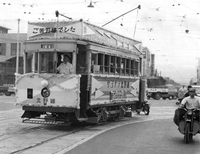 【廃線が始まる】1961年7月31日限りで廃止される京都市電堀川線に登場した記念の花電車=1961年7月18日撮影