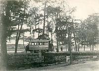 二条城前を走る京電城南線の29号車=1902(明治35)年ごろ撮影。屋根に取り付けられた澤之鶴やライオン歯磨の広告が賑やかだ