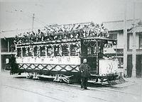京都市電の開通一周年記念を祝う花電車。烏丸線の終点、烏丸今出川停留所に停車する=1913(大正2)年撮影。京都市電烏丸線は1913年5月26日に烏丸丸太町-烏丸今出川を延伸した