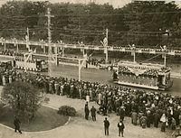 昭和天皇の即位の礼を記念する京都市電の花電車=1928年(昭和3)撮影、京都御所前の丸太町線。即位礼は1928年11月10日、京都御所で行われた