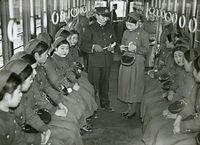 京都市電烏丸車庫で行われた女性車掌の実習=1936(昭和11)年撮影