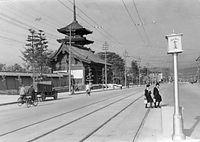 1937年5月7日に営業を始める京都市電九条線の九条大路壬生通停留所付近=1937(昭和12)年撮影。後方は東寺(教王護国寺)の南大門と五重塔