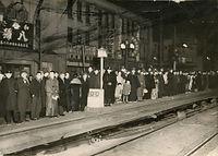 電車を待つ人たちでいっぱいになった京都市電停留所の安全地帯=1941(昭和16)年撮影