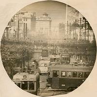 超望遠カメラで撮影された四条河原町。左右に横切るのは市電四条線の300型電車308号車=1942(昭和17)年撮影。手前を走るのは市電河原町線。後方左側に京都市役所、島津製作所本社(現在は結婚式場)が