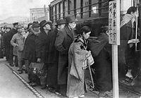 戦時体制下の混雑防止のため京都駅前停留所で始められた一列乗車=1943(昭和18)年撮影。混雑対策で朝夕に急行運転を行うなどの方策がとられ、11月からは終日急行運転を行い、乗客の少ない停留所は事実上廃