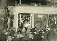 戦時中、河原町線の河原町三条停留所で満員の600型電車に乗り込む乗客=1944(昭和19)年撮影。京都市電気局は混雑緩和のため、43年11月から終日急行運転を実施、乗客の少ない停留所を実質的に廃止した