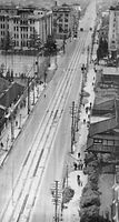京都市電や市バスが中休みストに入り、ラッシュ時を過ぎて電車やバスの止まった河原町通。河原町三条の京都朝日会館から北を見る。左奥は京都市役所と島津製作所本社(現在は結婚式場)、右は京都ホテル(現・ホテル