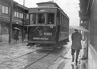 京町家の並ぶ狭い西洞院通を走る堀川線(北野線)のN121号車=1952(昭和27)年撮影。堀川線は、日本最初の路面電車を走らせた京都電気鉄道(京電)が開業した狭軌路線だった。「N電」と呼ばれた狭軌車両