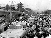 1956(昭和31)年の夏、全国高校野球選手権大会で優勝し、オープンカーでパレードをする平安高の選手たち。市電もストップした