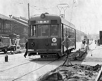 今出川線の北野紙屋川町-千本今出川が完成、試運転の800型電車890号車が走った=1957(昭和32)年撮影