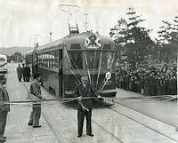 今出川線の北野紙屋川町-千本今出川が開通、800型電車827号車の祝賀電車を前に、高山義三京都市長が開通式のテープを切った=1957年撮影