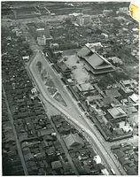 東本願寺前で東側(左)に迂回する烏丸線の軌道。1912(明治45)年の敷設では、参拝者の安全に配慮し、迂回するルートになった。上方に1952(昭和27)年に完成した3代目京都駅、その手前は丸物京都店=