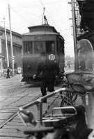 京都駅を発車、西洞院通を北野に向かう京都市電堀川線(北野線)の電車=1961年撮影。家並みすれすれに走っていた。北野から京都駅前を結ぶこの路線は、7月に全線廃止された