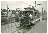 路線廃止を前に二条城前の東堀川通を走る京都市電堀川線(北野線)の復元車=1961年7月26日撮影。廃止を記念してベスチビュール(前面窓)を撤去して京都電気鉄道創業当時の姿を再現した