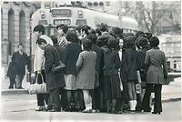 古都の市電は市民の足。通学・通勤客があふれた市電停留所の安全地帯=1967(昭和42)年、京都市電烏丸線の四条烏丸停留所