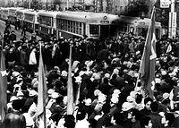学園紛争が続く立命館大学で、学生たちが近くの河原町通の路上で、市電や市バスを止めて集会を開いた。「府立病院前」の停留所名がみえる=1969(昭和44)年撮影。立命館大学は1981年まで京都御所東側の河