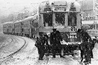 近畿地方でこの冬3度目の雪。京都市内では9センチの積雪があった。百万遍交差点のポイントが雪で詰まって動かなくなり、立往生した京都市電今出川線の電車=1969年3月4日撮影。この日は近くの京都大学などで