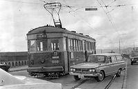 自動車と並走しながら、鴨川にかかる勧進橋を運転する19号系統(京都駅前-稲荷)500型電車505号車。路線は1970年3月31日限りで廃止された=1970年撮影