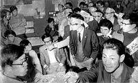 京都市議会で審議される京都市電撤去計画をめぐって激しくにらみ合う反対派(左)と賛成派=1970年11月19日撮影。臨時市議会で、1973年度末までに京都市電の外周線35.8キロを撤去する「財政再建計画