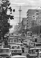 古都を走り続ける京都市電烏丸線。正面は1964(昭和39)年、京都駅前に完成した京都タワー。奥の市電は11号系統の1600型電車。四条烏丸から烏丸通を南に撮影した=1970年撮影。京都市電烏丸線は19