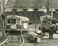 1970(昭和45)年3月31日限りで廃止される京都市電伏見線の9号系統(京都駅前-中書島)京都駅前行き700型電車が立ち並ぶ酒蔵をバックに濠川を渡る=1970年3月25日撮影。廃止を前にしたさよなら