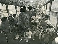 伏見稲荷線の廃止を前に、市電からゆっくり街並みを見られるのもあとわずかと、記念乗車する人たちも多かった=1970年3月25日撮影。伏見線は京都電気鉄道(京電)が1895(明治28)に日本最初の路面電車