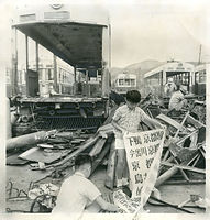 錦林車庫内で解体される京都市電600型電車。烏丸車庫所属車の方向幕を手にする鉄道ファンの子供たち=1971年撮影
