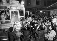 京都市電千本・大宮線(九条大宮-千本北大路)が1972(昭和47)年1月22日限りで廃止された。花束を贈って1号系統(壬生車庫前循環)最後の電車を見送る市民たち。電車には「さようなら千本大宮四条線」の