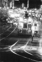 京都市電四条線(四条大宮-祇園)が1972年1月22日限りで廃止された。沿道の商店はショーウインドウの照明をいつもより明るくして最後の市電を送った。最後の夜を走る四条線1号系統(壬生車庫前循環)の18