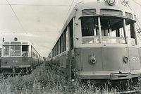 京都市交通局烏丸車庫の留置線に並ぶ廃車になった京都市電。ワンマンカーに改造されなかった車両のため、引き取り手はなく、解体処分された。右は900型電車933号車、左は700型電車719号車=1973(昭