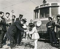 1974(昭和49)年3月31日限りで京都市電烏丸線(京都駅前-烏丸車庫)の七条烏丸-烏丸車庫が廃止された。「惜別」のヘッドマークを付けた700型電車708号車の運転士に感謝の花束を贈る鉄道友の会会員