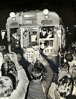 1976(昭和51)年3月31日限りで京都市電白川線(銀閣寺道-天王町)が廃止された。錦林車庫前で別れを惜しむ市民に囲まれた丸太町線の円町行き最終電車=1976年3月31日撮影。この日は今出川線と丸太