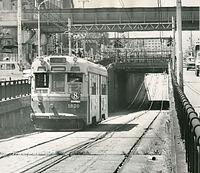 七条壬生通と七条千本の間で山陰線をくぐる七条線の8号系統(九条車庫前循環)の1800型電車1820号車。「千本ガード」と呼ばれた撮影名所だった=1977年9月14日撮影。9月30日限りで京都市電七条線