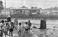 高野橋を渡る北大路線の1900型電車=1978年9月12日撮影。最後まで残った外周線(外郭線)が78年9月30日限りで廃止され、京都市電の全線が廃止された