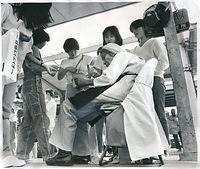 京都駅前の市電乗り場で34年間回数券のバラ売りをしてきた女性(当時77)は「最後の市電を見届けて私もやめたい」と目に涙を浮かべた=1978年9月12日撮影。9月30日限りで京都市電の全路線が廃止された